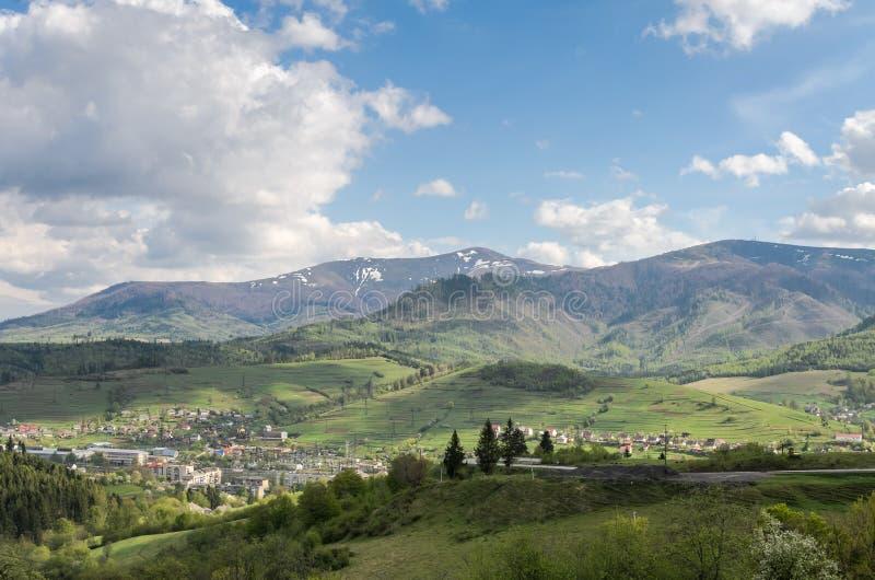 Vista superior da montanha na cidade Volovets, regi?o Transcarpathian nos Carpathians ucranianos e montanhas foto de stock