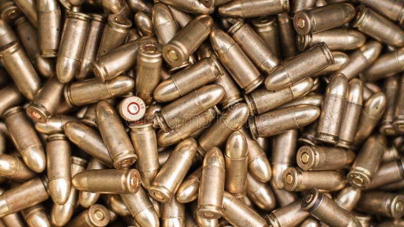 Vista superior da munição da arma Balas para a pistola fotos de stock royalty free