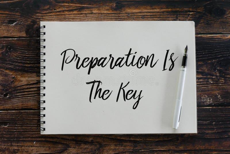 A vista superior da pena e do caderno escritos com preparação é a chave imagens de stock