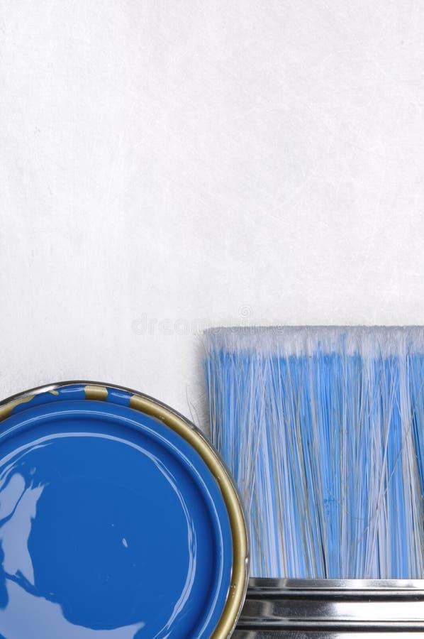 A vista superior da pintura azul pode com escova imagem de stock royalty free