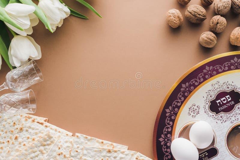 vista superior da placa e do matza judaicos tradicionais na páscoa judaica bege da tabela fotos de stock royalty free