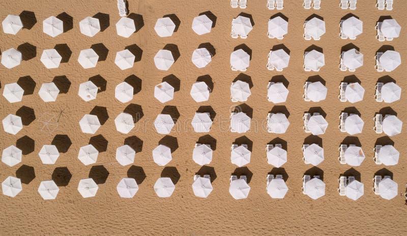 Vista superior da praia com guarda-chuvas brancos Areias douradas, Varna, Bulgária foto de stock royalty free