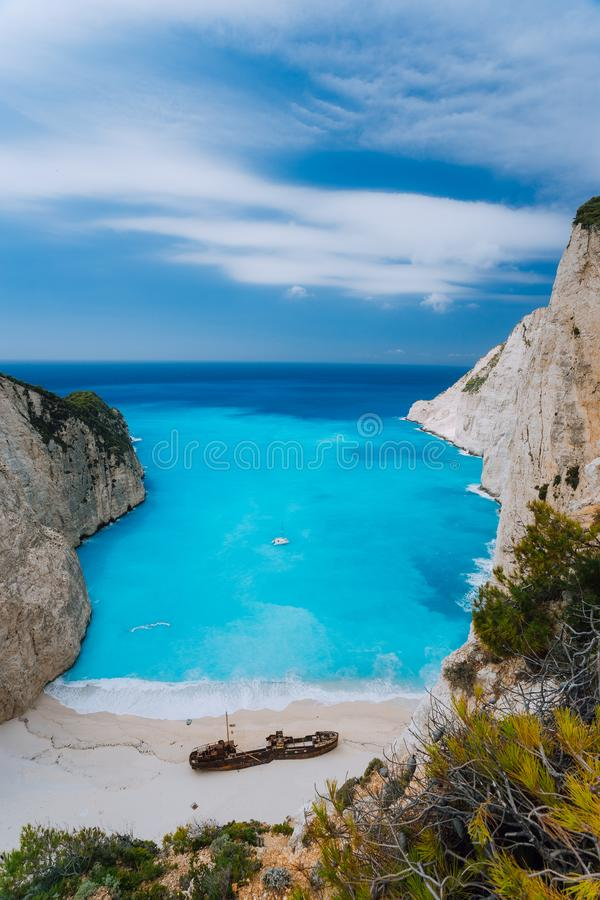 Vista superior da praia do naufrágio de Navagio na ilha de Zakynthos, Grécia Visita imperdível do lugar do marco famoso da atraçã foto de stock