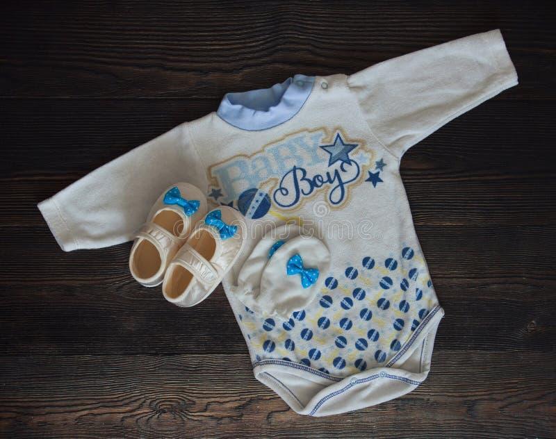 Vista superior da roupa do bebê e da foto conservada em estoque dos montantes do bebê azul fotos de stock