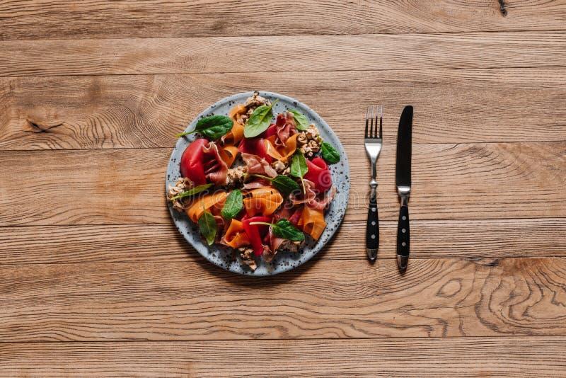 vista superior da salada gourmet com mexilhões, vegetais e jamon fotos de stock