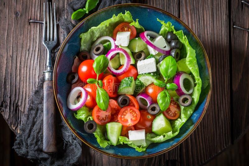 Vista superior da salada grega feita de legumes frescos imagens de stock royalty free