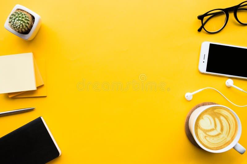Vista superior da tabela da mesa de escritório com acessórios modernos fotografia de stock