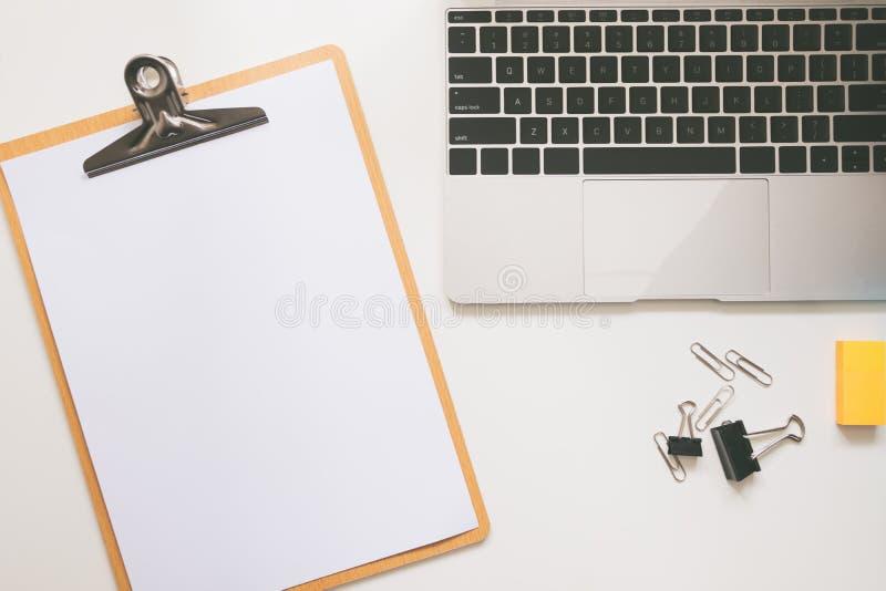 Vista superior da tabela moderna da mesa de escritório do espaço de trabalho fotografia de stock