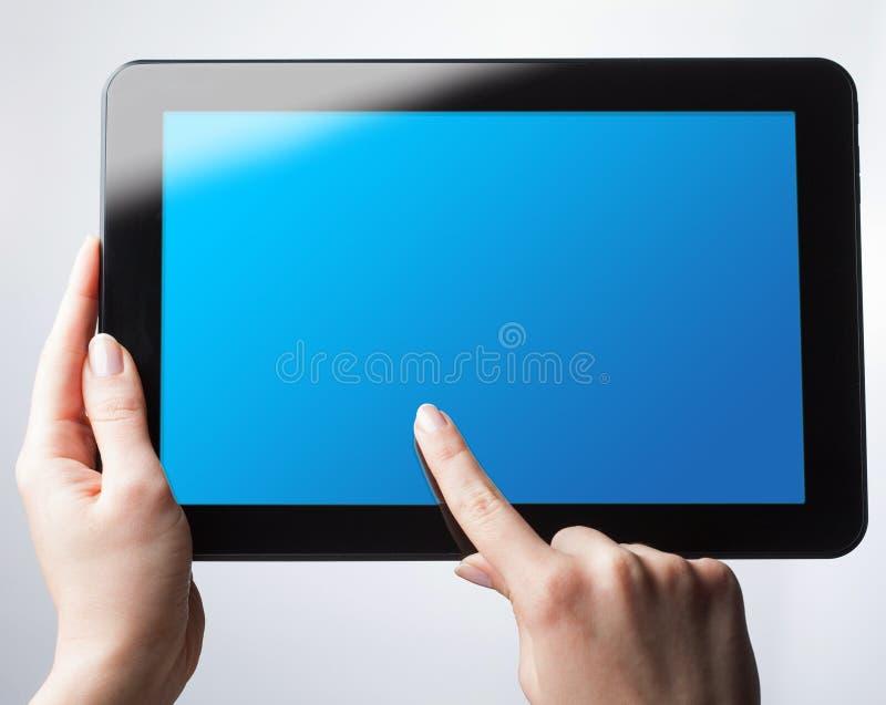 Vista superior da tabuleta digital A menina está guardando uma tabuleta com um b fotos de stock