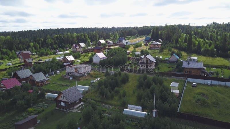 Vista superior da vila no grampo da floresta Da vila a casa de campo vem homem para a caminhada Vida da vila com casas de campo m foto de stock