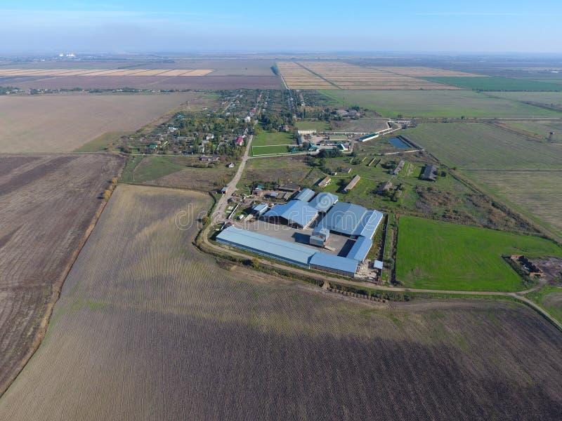 Vista superior da vila Um pode ver os telhados das casas e dos jardins Vista superior da vila com casas e hangares para foto de stock royalty free