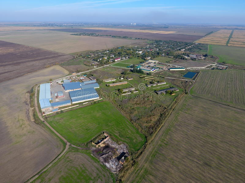 Vista superior da vila Um pode ver os telhados das casas e dos jardins Vista superior da vila com casas e hangares para fotografia de stock
