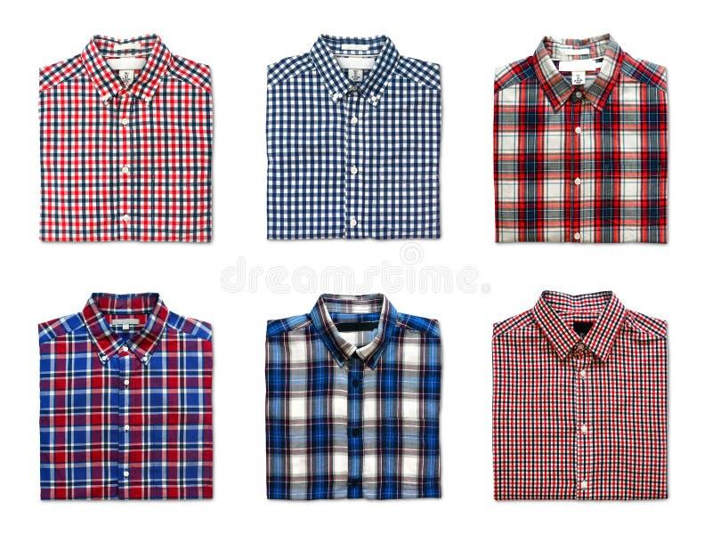 Vista superior das camisas de palha dobradas de cor vermelha, azul e branca, isoladas sobre fundo branco imagens de stock