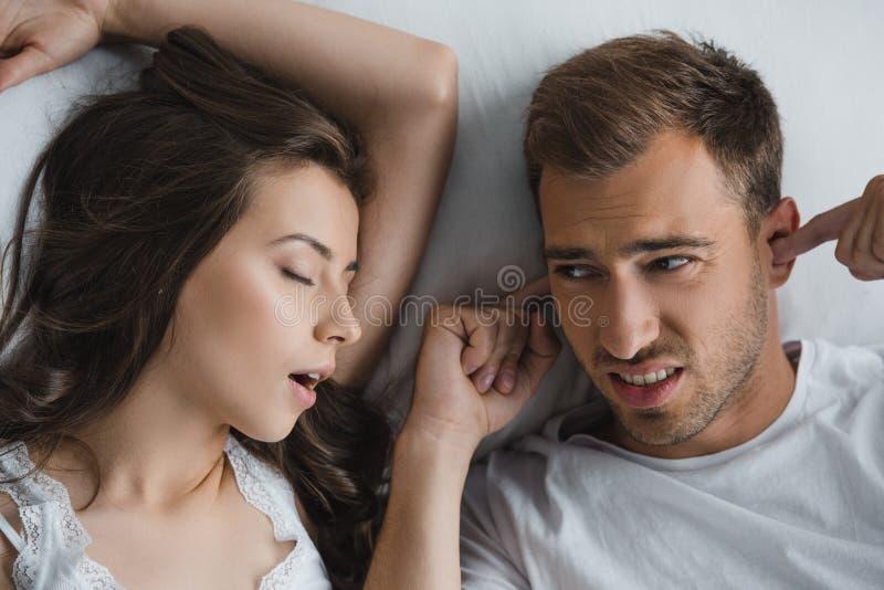vista superior das orelhas de fechamento do homem e vista da esposa ressonando imagem de stock royalty free