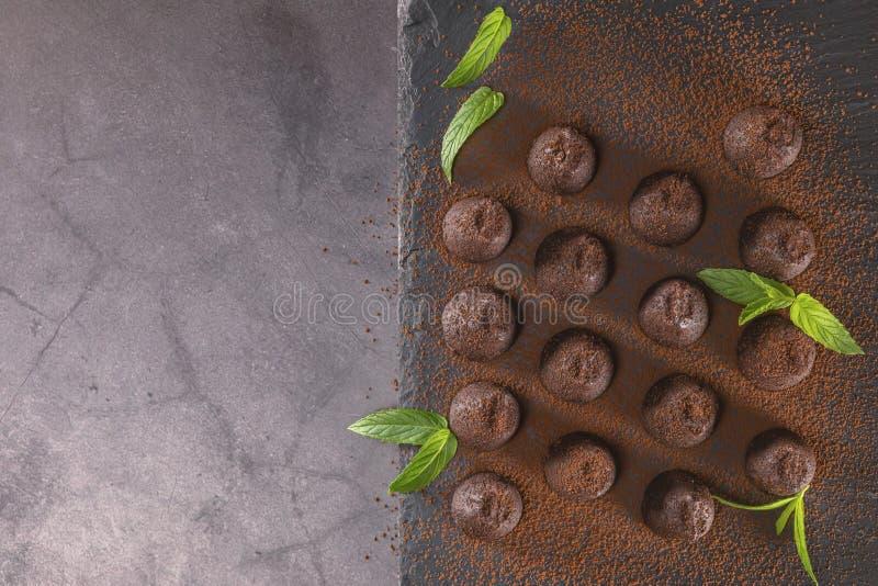 Vista superior das trufas de chocolate pulverizadas com cacau imagem de stock royalty free