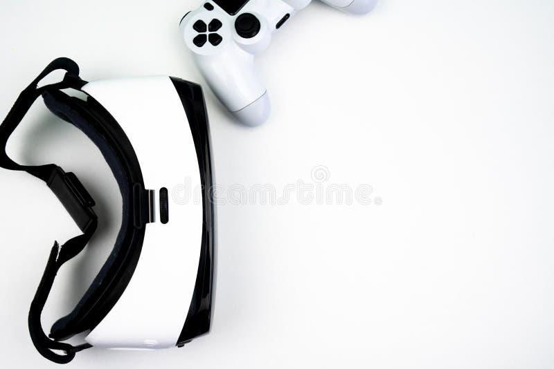 Vista superior de auriculares de la realidad virtual con un regulador del juego en un fondo blanco imagen de archivo