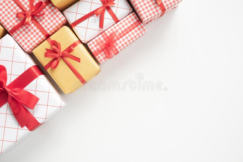 Vista superior de caixas de presente coloridas com as fitas na tabela branca foto de stock royalty free