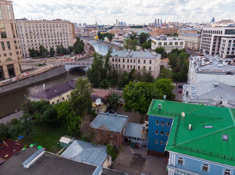 Vista superior de casas viejas en el centro y el canal de Vodootvodnyy en Moscú, Rusia imagenes de archivo