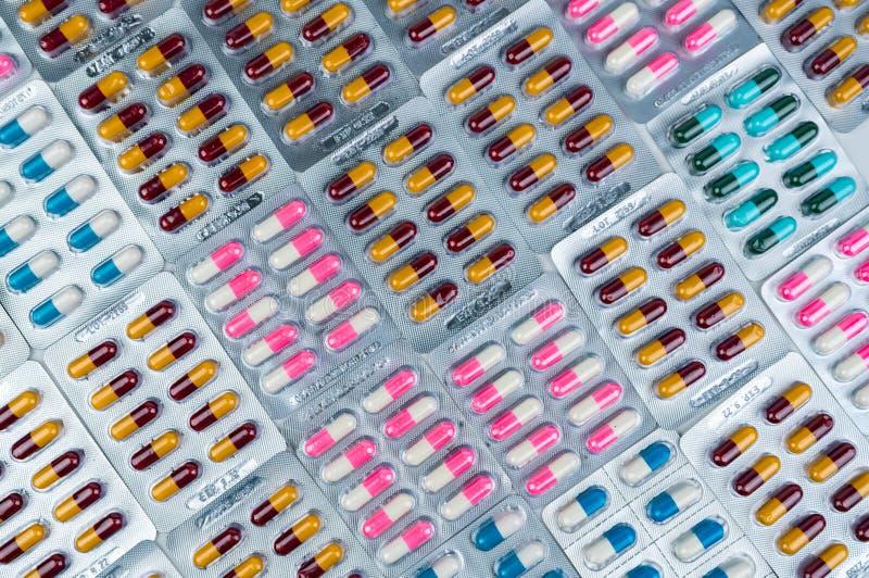 Vista superior de comprimidos antibi?ticos coloridos da c?psula no bloco de bolha Resist?ncia de droga antibi?tica Ind?stria farm imagens de stock royalty free
