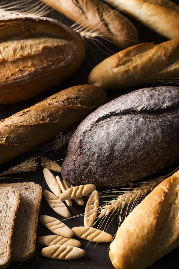 Vista superior de diferentes tipos de pan con los cereales imagenes de archivo