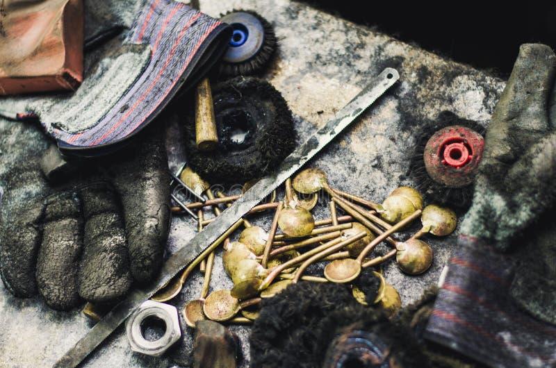 Vista superior de diversas herramientas de los orfebres en el lugar de trabajo de la joyería Vista aérea de herramientas sobre fo fotos de archivo libres de regalías