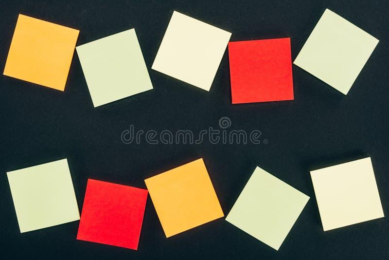 vista superior de diversas notas en blanco coloridas fotos de archivo