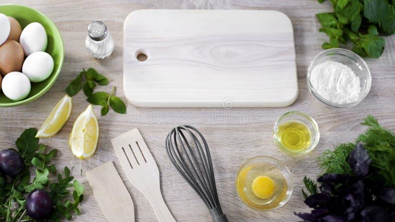 Vista superior de ferramentas da cozinha com farinha e ovos na tabela, ingredientes da padaria fotos de stock