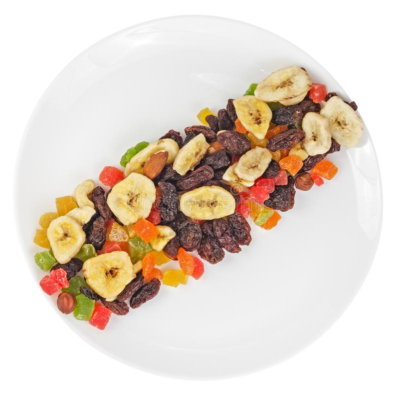 Vista superior de frutas secadas en la placa aislada en blanco fotografía de archivo