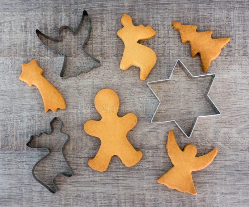 Vista superior de galletas o de panes de jengibre y de cortadores formados del metal fotografía de archivo libre de regalías