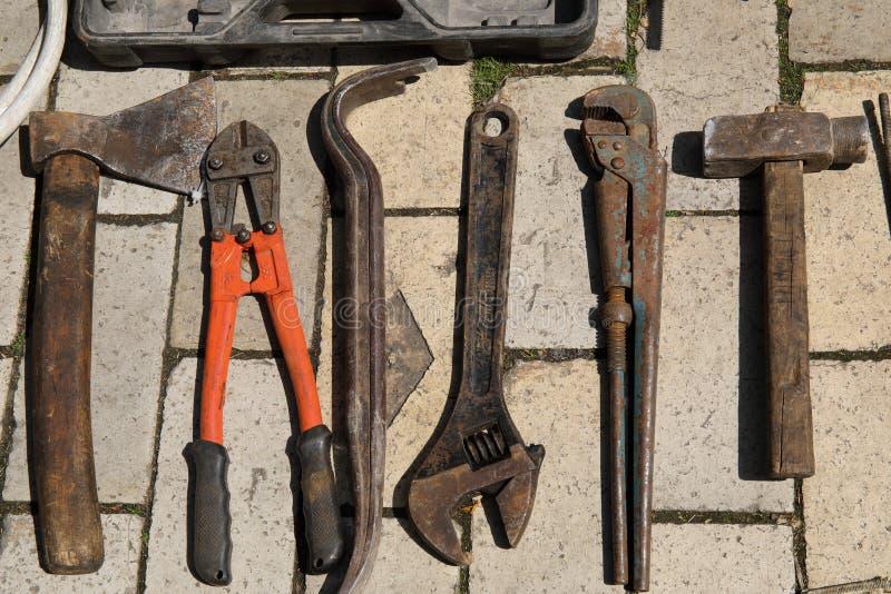 Vista superior de herramientas Checkerplate del metal para la resbal?n anti Nuez, pernos, y embrujar dominante en la tierra foto de archivo