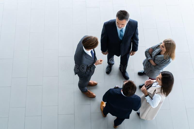 Vista superior de hombres de negocios, de la reunión de negocios y del trabajo en equipo foto de archivo