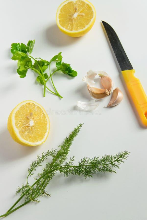Vista superior de ingredientes frescos para os condimentos de cozimento saudáveis - limão, alho, cebola verde e erva-doce no fund foto de stock