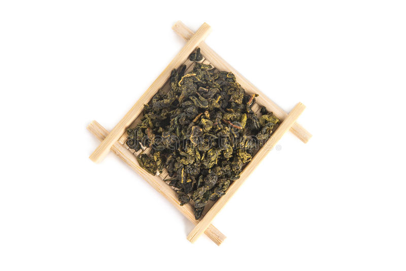 Vista superior de la bandeja de bambú de la porción con el té de Guan Yin Oolong del lazo imagen de archivo