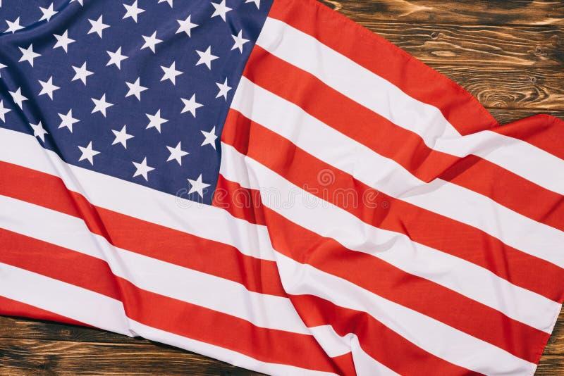 vista superior de la bandera americana doblada en el tablero de la mesa de madera, independencia de Américas foto de archivo