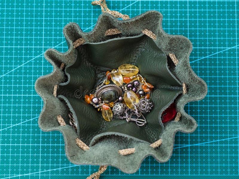 Vista superior de la bolsa abierta del lazo con joyería imágenes de archivo libres de regalías