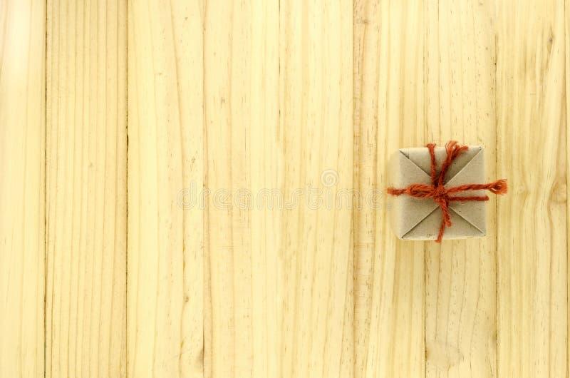 vista superior de la caja de regalo del arte en la madera foto de archivo