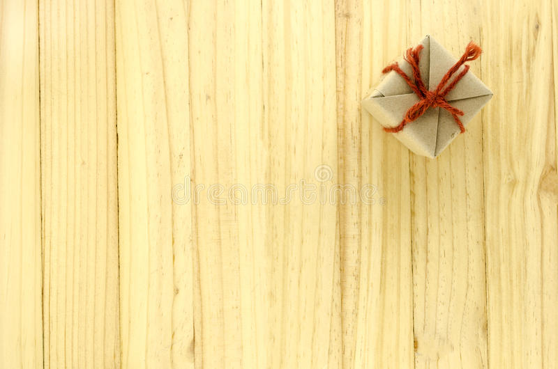 vista superior de la caja de regalo del arte en la madera fotografía de archivo