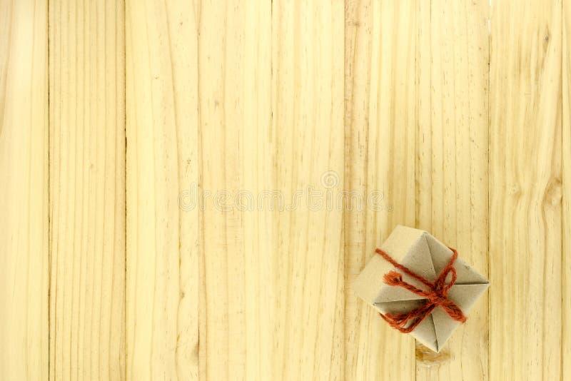 vista superior de la caja de regalo del arte en la madera imagen de archivo
