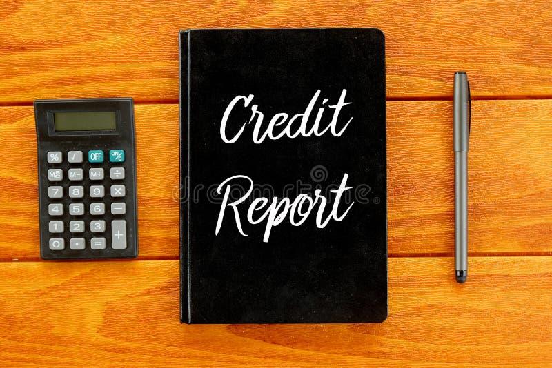 Vista superior de la calculadora, de la pluma y del cuaderno escritos con informe de crédito en fondo de madera Concepto del nego stock de ilustración