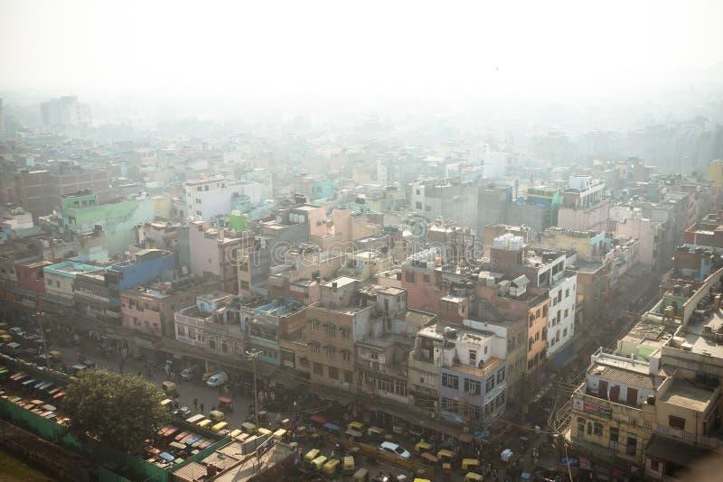 Vista superior de la calle de la ciudad en el cuarto pobre de Nueva Deli imagen de archivo libre de regalías