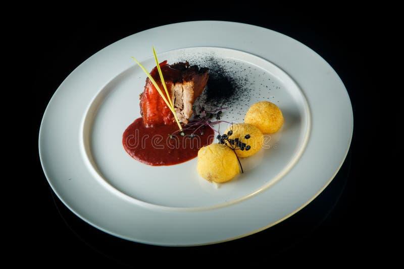 vista superior de la carne cocida con las bolas de la patata y la salsa roja fotos de archivo