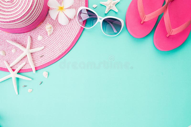 Vista superior de la chancleta de los accesorios de la playa, del sombrero de la playa de las estrellas de mar y de la cáscara de imagen de archivo libre de regalías
