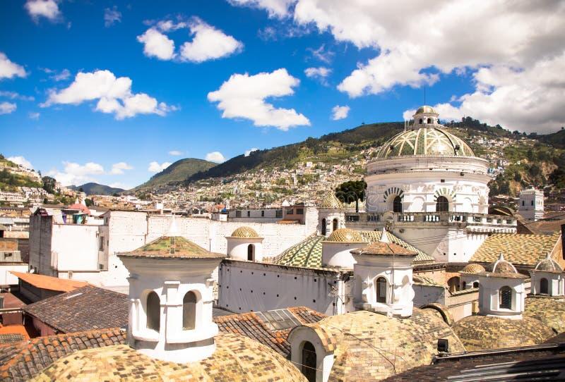 Vista superior de la ciudad colonial con algunas casas coloniales situadas en la ciudad de Quito fotografía de archivo libre de regalías
