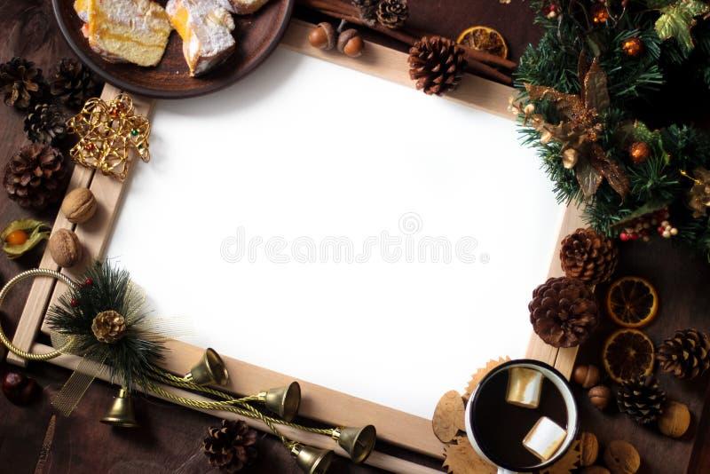 Vista superior de la decoración de la Navidad con área de espacio de la copia Objetos de la Navidad: naranja cortada secada, cane imagen de archivo libre de regalías