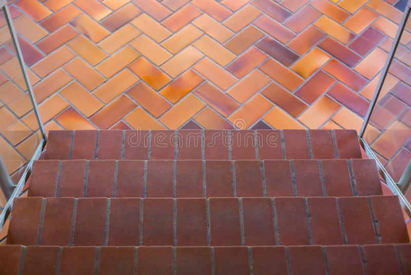 Vista superior de la escalera con la alfombra marrón, paseo a través de la planta, escaleras alfombradas, una visión que mira aba fotos de archivo