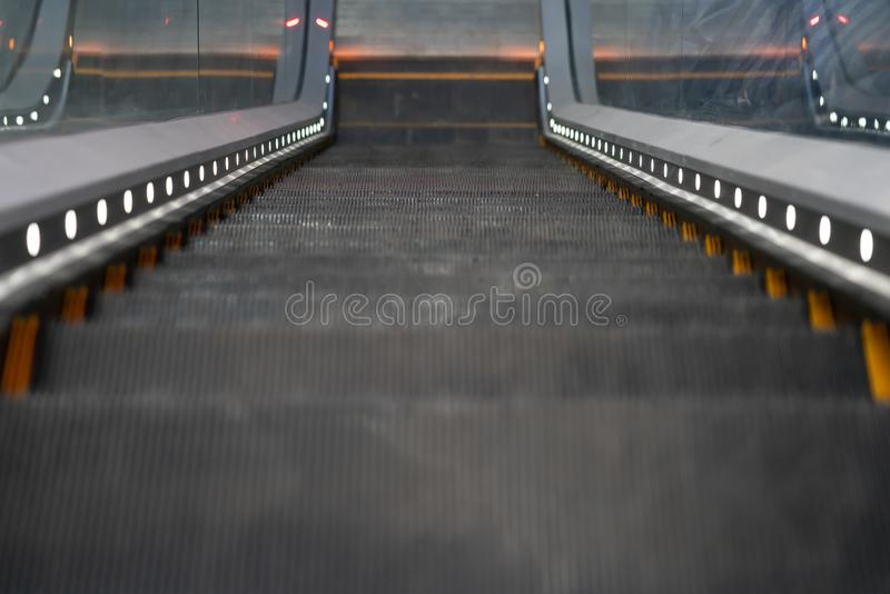 Vista superior de la escalera móvil vacía que va abajo escalera móvil foto de archivo libre de regalías