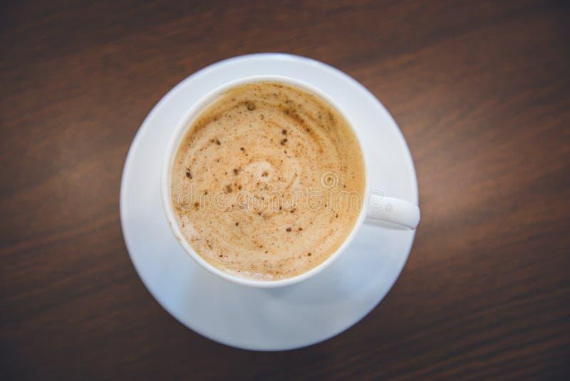Vista superior de la espuma caliente del espiral de la taza del capuchino del café foto de archivo libre de regalías