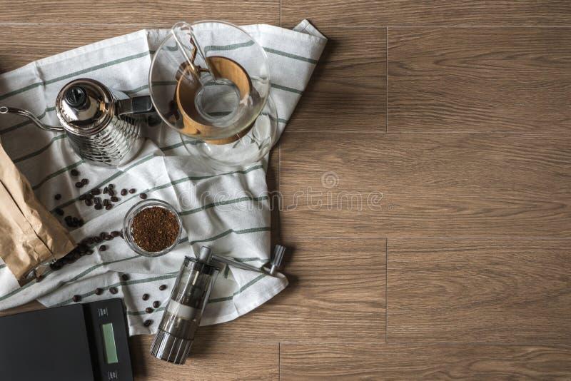 Vista superior de la herramienta del café del goteo de la mano en fondo de madera con el espacio de la copia foto de archivo