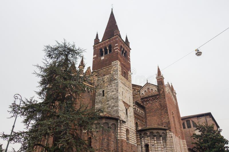 Vista superior de la iglesia de San Fermo Maggiore en Verona, Véneto, Italia fotografía de archivo