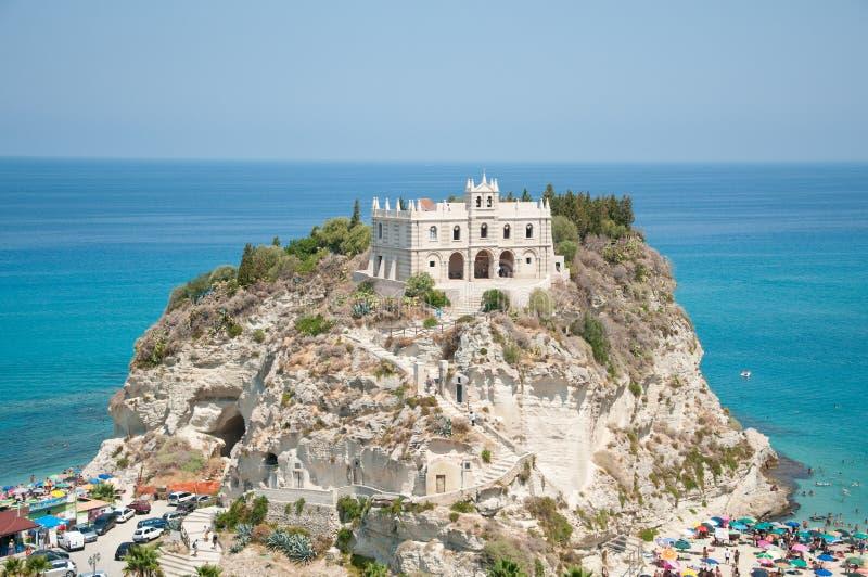 Vista superior de la iglesia situada en la isla de Tropea, Calabria imagenes de archivo